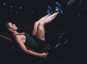 Frau beim Training an der Beinpresse
