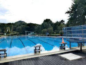 50-Meter Schwimmbecken mit Sprungbrett